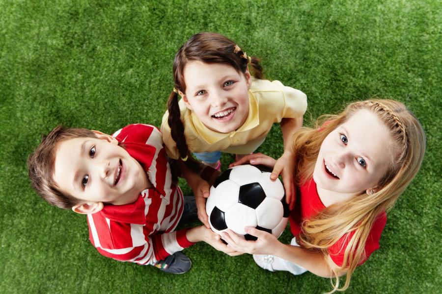 2313391-dzieci-graja-w-pilke-900-600